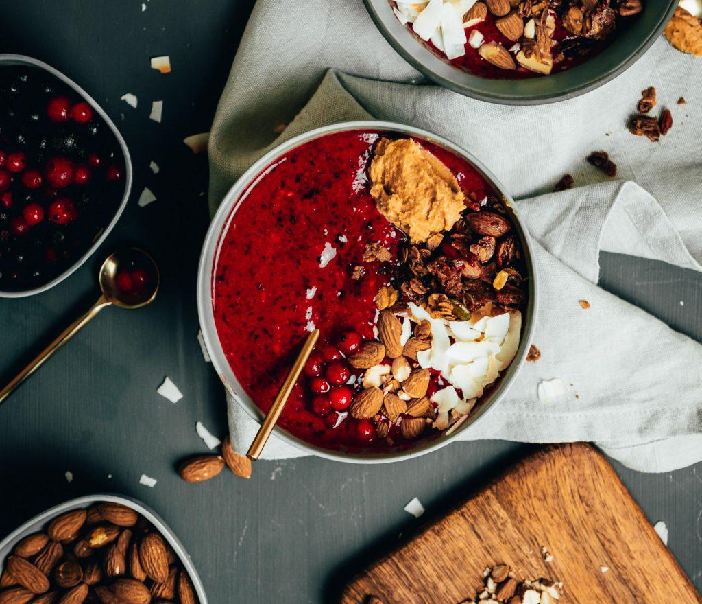 Leckere Berrylicious Smoothie Bowl mit Erdnussbutter und Granola Rezept