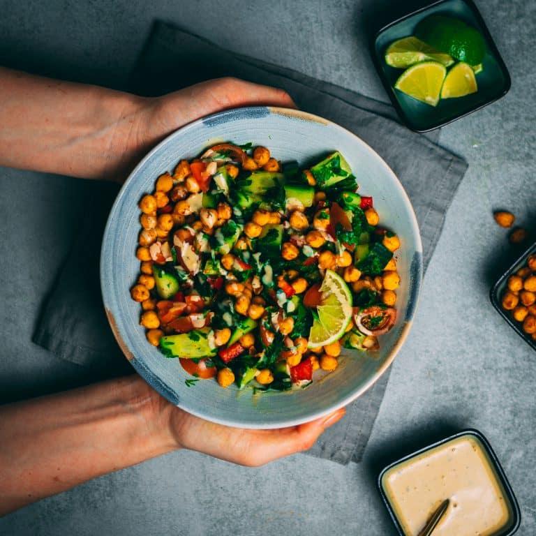 Knackiger Kichererbsen-Salat mit Tahini-Dressing