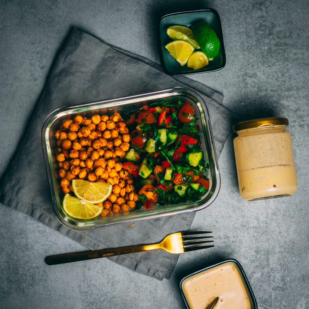 Knackiger Kichererbsen-Salat mit Tahini-Dressing 3