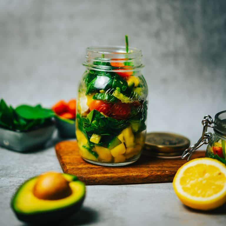 Schneller Mango-Spinat Salat mit Zitronen-Dressing