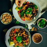 Erdnuss-Chili-Nudeln mit gebackener Aubergine und Ofengemüse