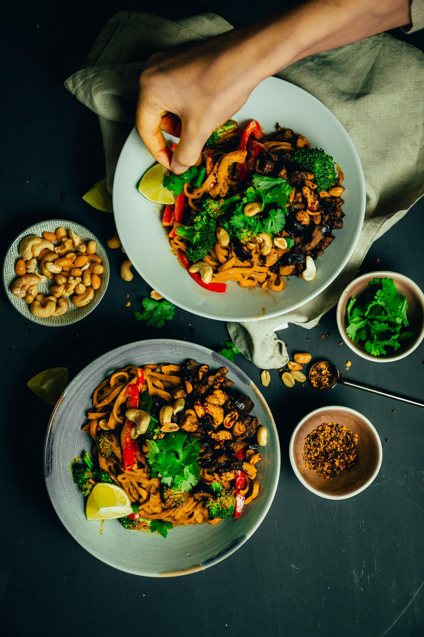 Erdnuss-Chili-Nudeln mit Nuss-Granola