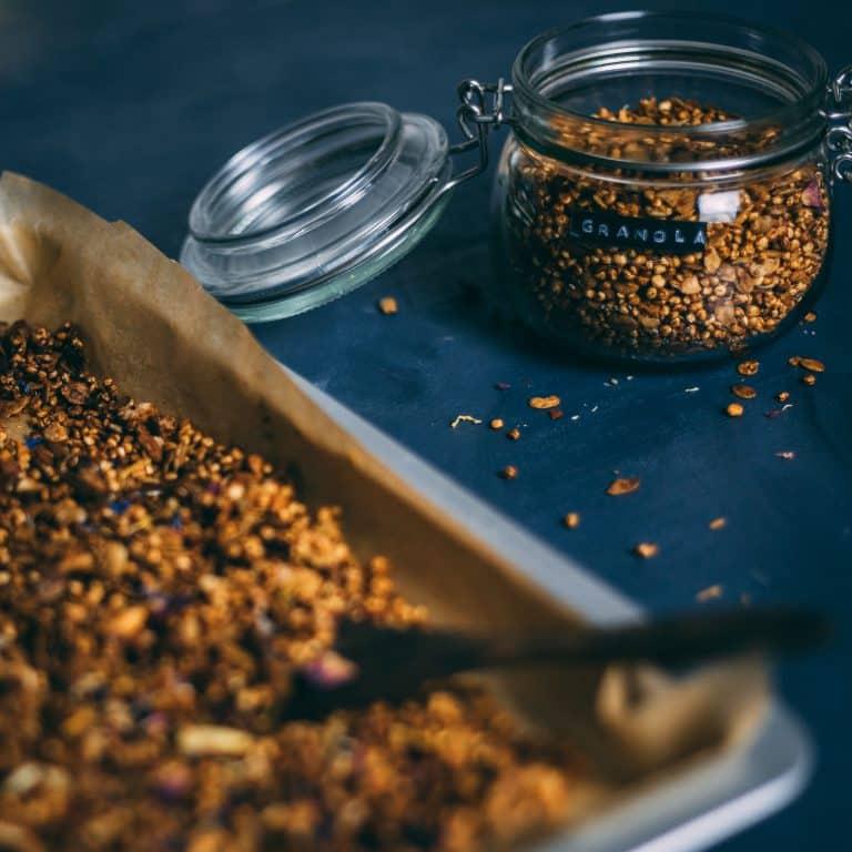 Knuspriges Quinoa Granola mit getrockneten Blüten