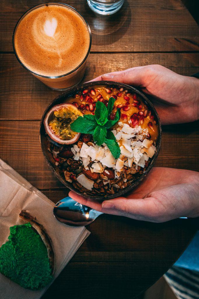 Vegane Smoothie-Bowl im Café Mahalo Stockholm