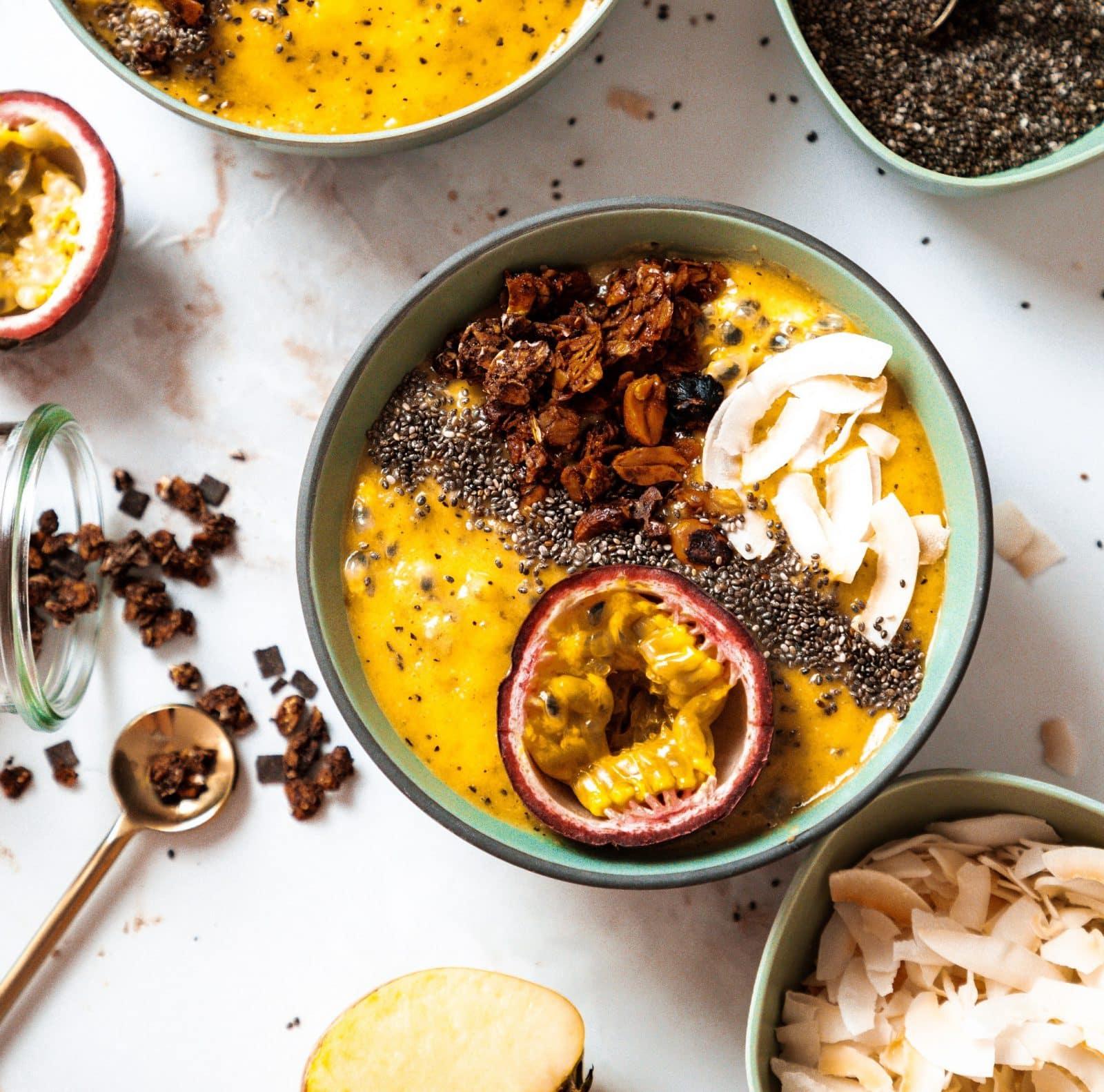 Tropical Smoothie-Bowl mit Kokosflakes, Granola und Passionsfrucht